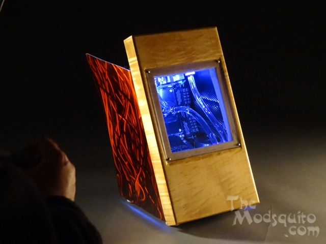Dancing_Iridescence_Mosquito_Mods_Lian_Li_PC_Q30_Wood_Ground_Metal_DSC01492-W640.JPG